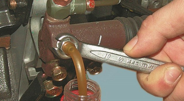 Как прокачать сцепление на ВАЗ-2106 одному: пошаговая инструкция