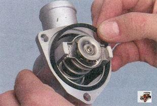 Замена термостата на Лада Приора с кондиционером и без: пошаговая видеоинструкция