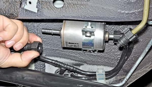 Самостоятельная замена топливного фильтра Шевроле Нива своими руками