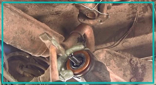 Замена сальника редуктора заднего моста ВАЗ-2107: пошаговая видеоинструкция